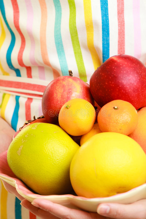 Femme au foyer ou vendeur offrant les fruits sains d'isolement photo libre de droits