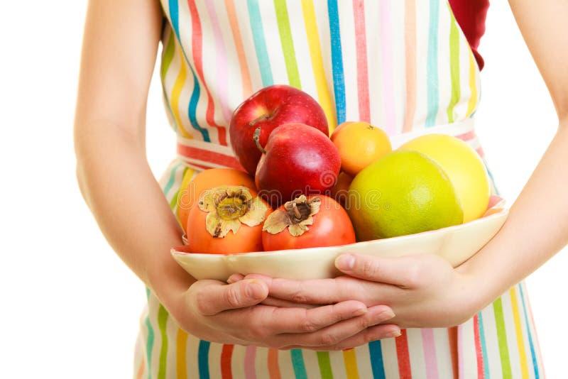Femme au foyer ou vendeur offrant les fruits sains d'isolement image libre de droits