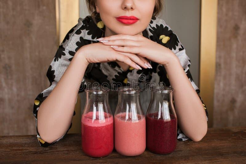 Femme au foyer préparant les smoothies frais à la maison image libre de droits