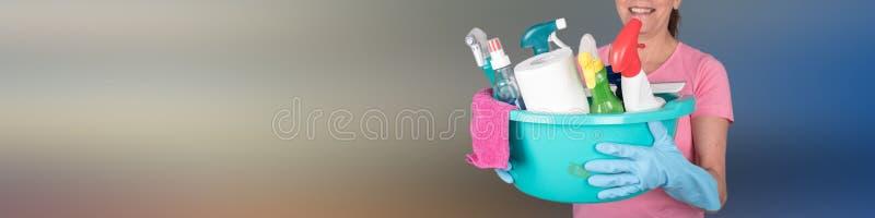 Femme au foyer tenant un seau avec l'équipement de nettoyage photographie stock libre de droits