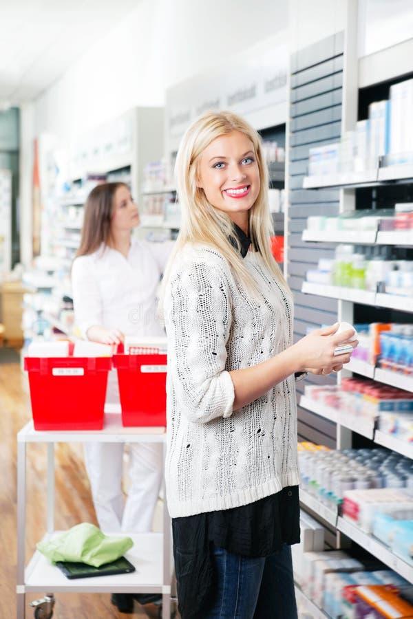 Femme au magasin de pharmacie image libre de droits