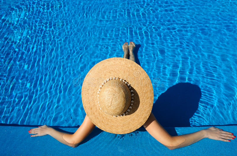 Femme au poolside images stock