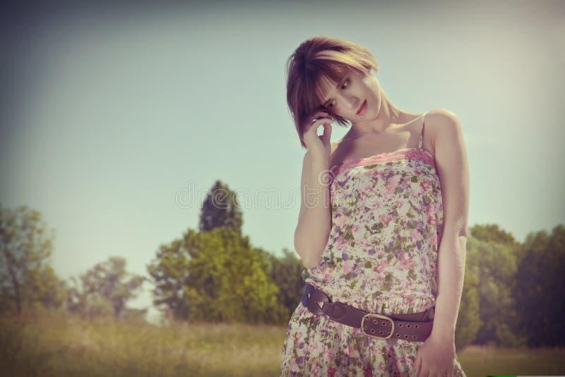 Femme au soleil image stock