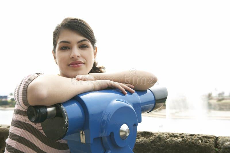 Femme au sourire d'observatoire image stock