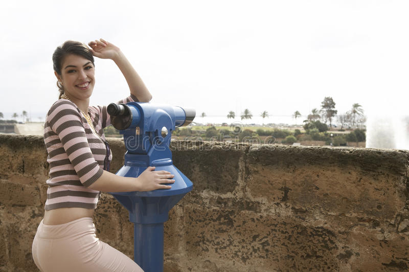 Femme au sourire d'observatoire photographie stock libre de droits