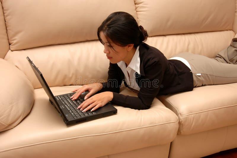 Download Femme Au Travail De La Maison Photo stock - Image du laptop, email: 736188