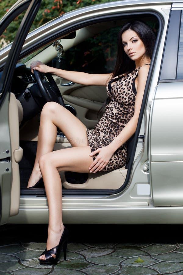 Femme au véhicule images libres de droits