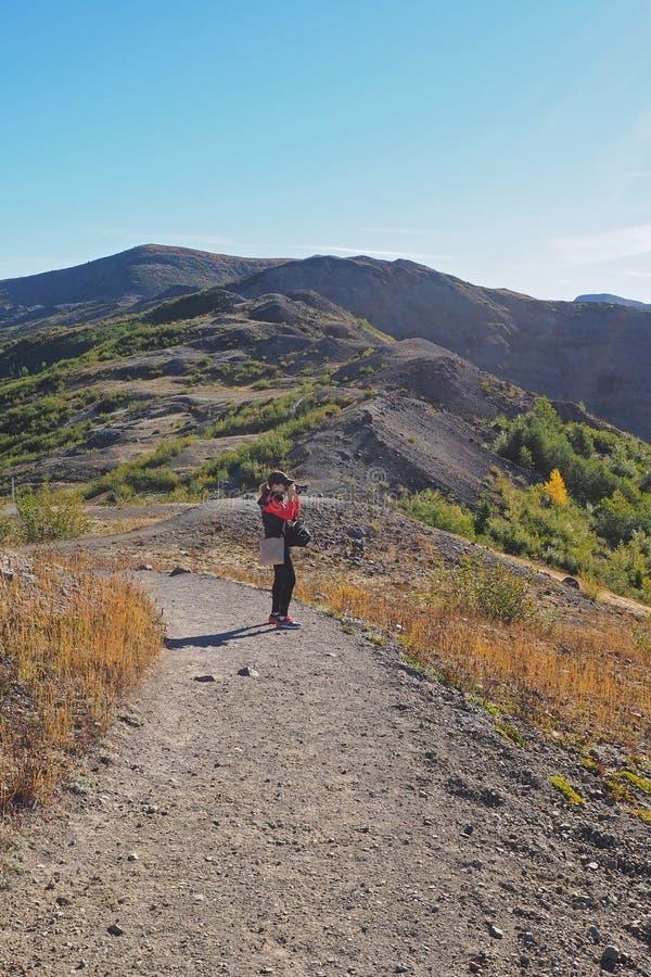Femme augmentant la traînée de frontière au monument volcanique national du Mont Saint Helens photos libres de droits