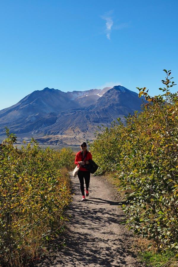 Femme augmentant la traînée de frontière au monument volcanique national du Mont Saint Helens photo stock
