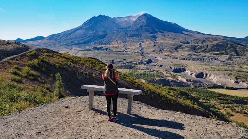 Femme augmentant la traînée de frontière au monument volcanique national du Mont Saint Helens photo libre de droits
