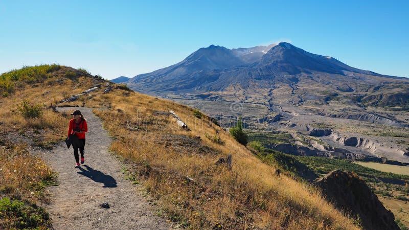 Femme augmentant la traînée de frontière au monument volcanique national du Mont Saint Helens images libres de droits