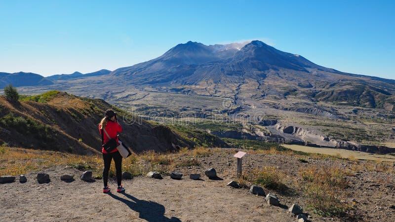 Femme augmentant la traînée de frontière au monument volcanique national du Mont Saint Helens photographie stock