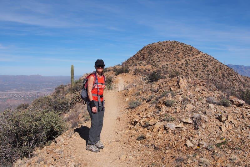 Femme augmentant le Roi Canyon Trail, Arizona photo libre de droits