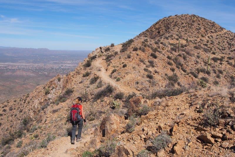 Femme augmentant le Roi Canyon Trail, Arizona image stock