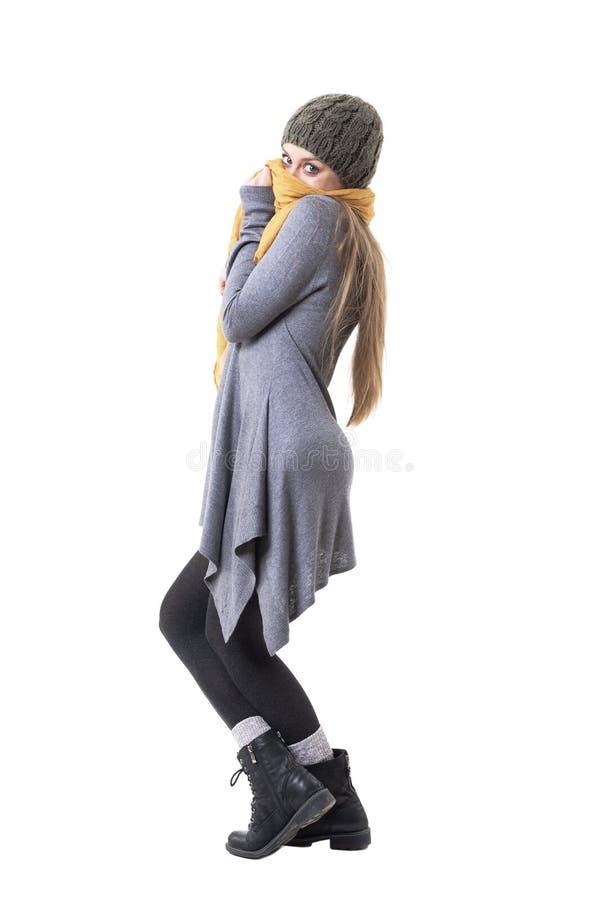 Femme authentique de hippie de style unique espiègle mignon posant avec le châle et la calotte photographie stock