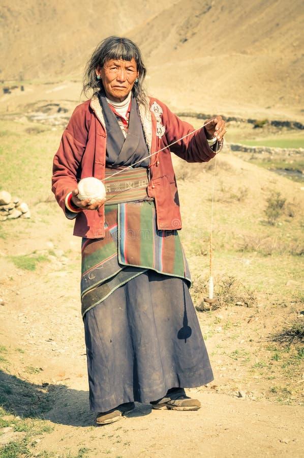 Femme aux cheveux gris avec la laine au Népal photos libres de droits
