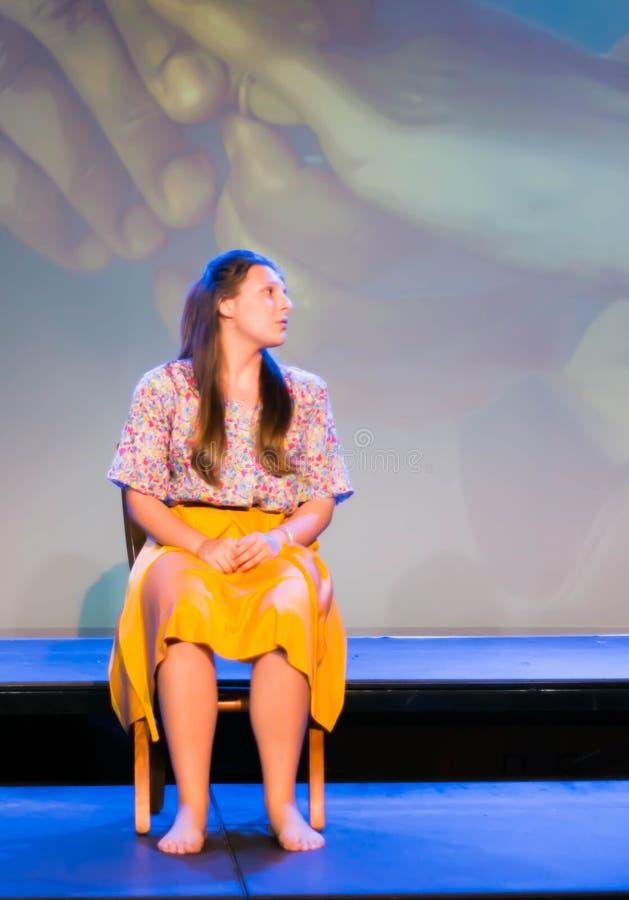 femme aux cheveux longs de brune dans diverses positions et expressions aux pieds nus avec la longue jupe photographie stock libre de droits