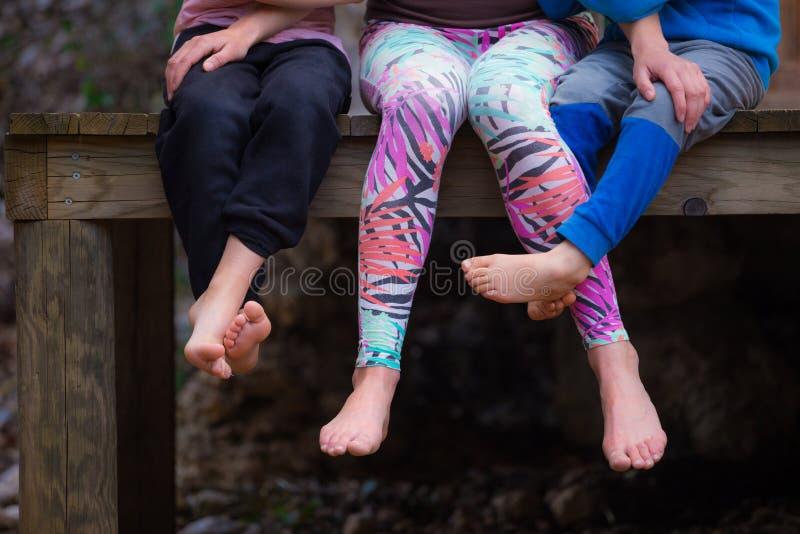 Femme aux pieds nus avec des enfants images stock