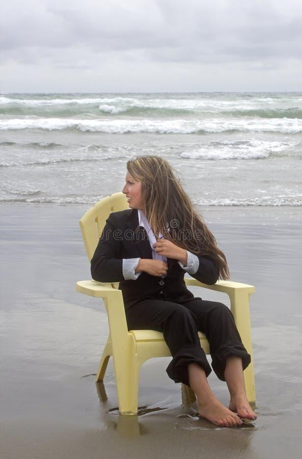 Femme aux pieds nus dans la chaise regardant à la mer photos libres de droits