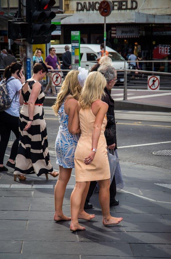 Femme aux pieds nus retournant de Melbourne Cup photographie stock libre de droits