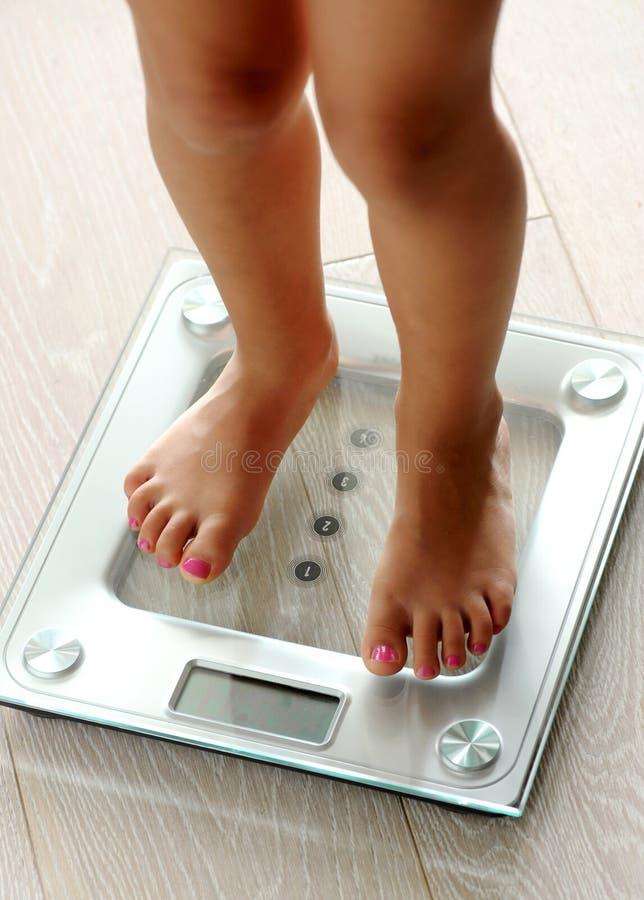 Femme aux pieds nus se tenant sur une échelle de salle de bains photographie stock libre de droits
