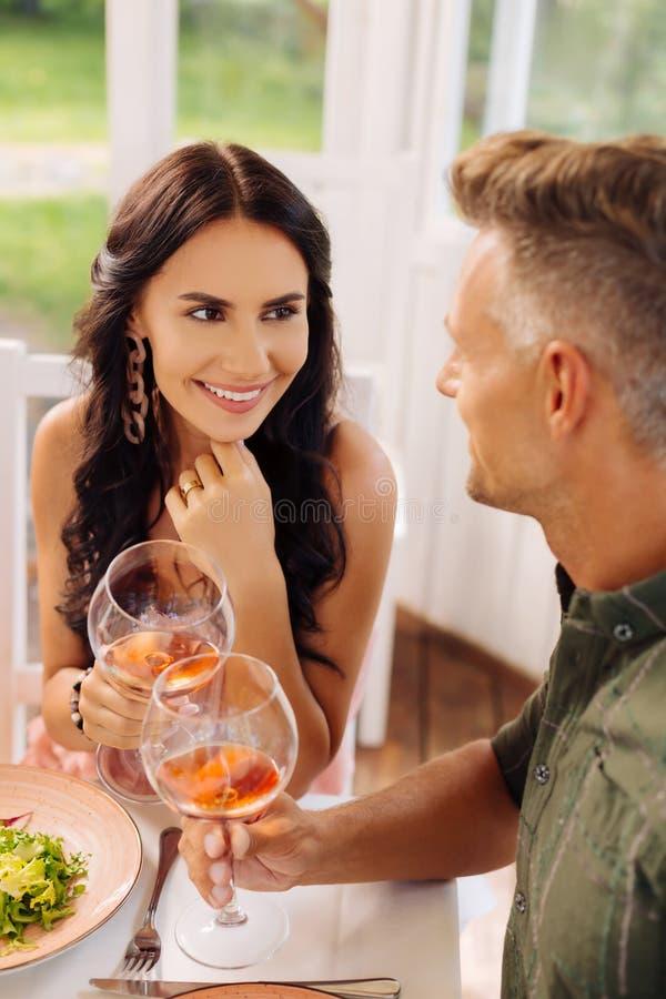 Femme aux yeux noirs tombant amoureuse de son homme photo stock
