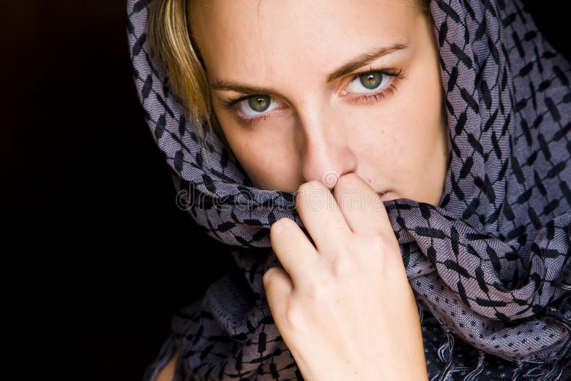 Femme aux yeux verts dans le type arabe image stock