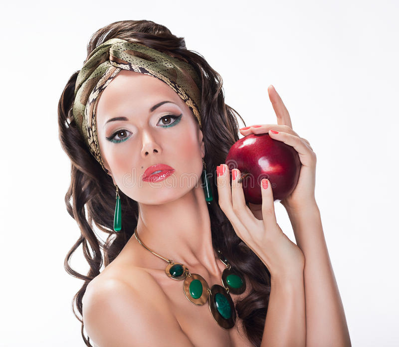 Femme avec Apple rouge - aliments sains photo libre de droits