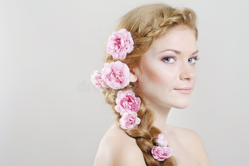 Femme avec avec des tresses et des roses dans le cheveu images libres de droits