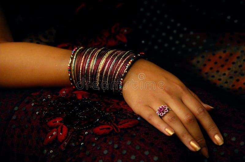 Femme avec beaucoup de bracelets images libres de droits
