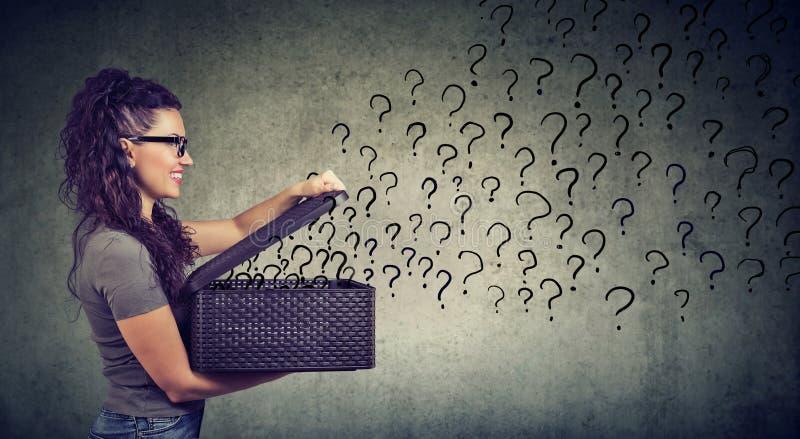 Femme avec beaucoup de questions recherchant une réponse image libre de droits