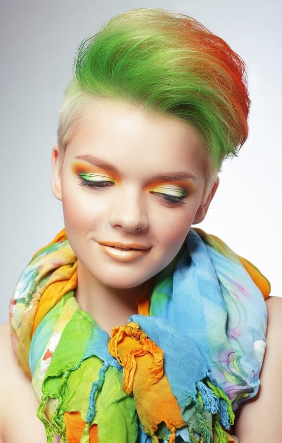 Femme avec Bob Haircut multicolore vif et le maquillage lumineux images libres de droits