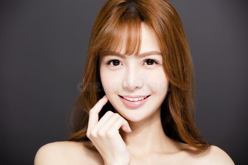 Femme avec de beaux yeux et visage de beauté photographie stock libre de droits