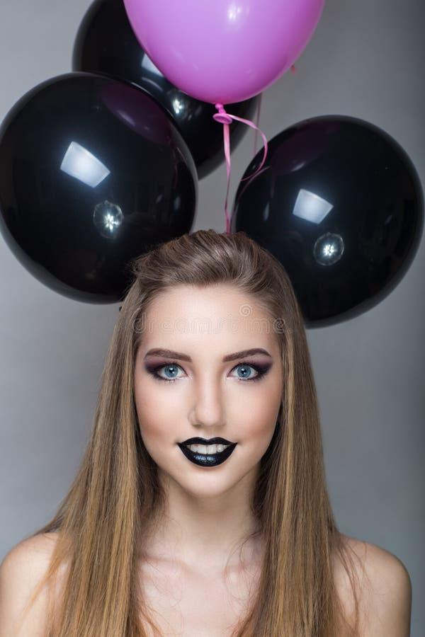 Femme avec de grands ballons images stock