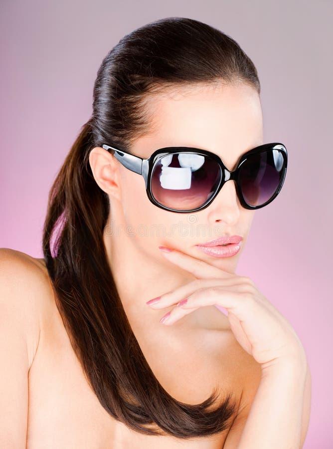 Femme avec de grands verres de soleil noirs photographie stock libre de droits
