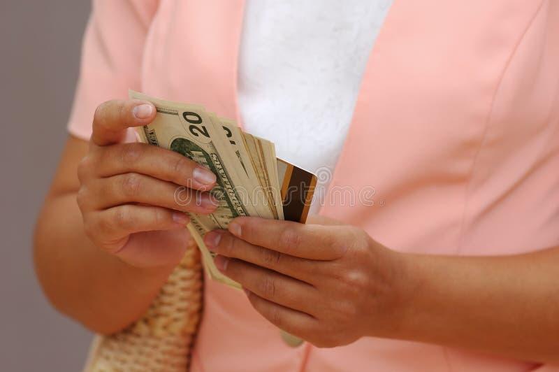 Femme avec de l'argent et un par la carte de crédit image libre de droits