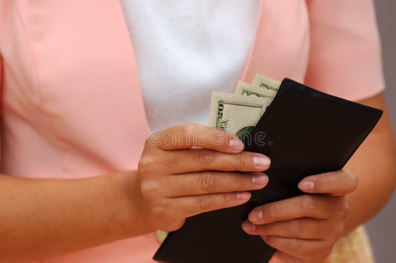 Femme avec de l'argent et une pochette photo libre de droits