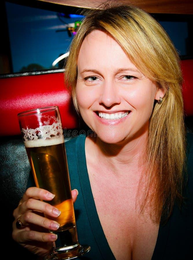 Femme avec de la bière image libre de droits