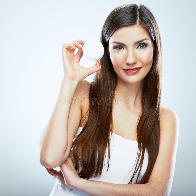 Femme avec de la crème, lotion Portrait de style de soin de corps de jeune mod image stock
