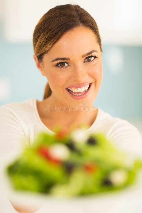 Femme avec de la salade végétale photographie stock