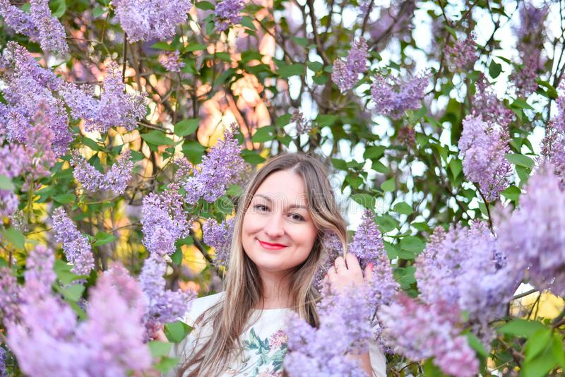 Femme avec de longs cheveux blonds dans le jardin avec des fleurs belle fille un jour ensoleill? photos libres de droits