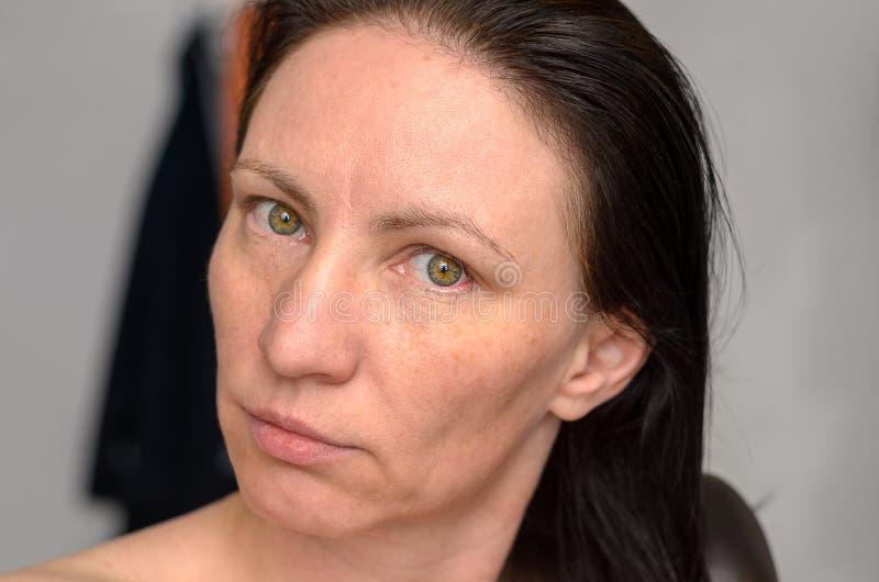 Femme avec de longs cheveux bruns le baguant photographie stock libre de droits