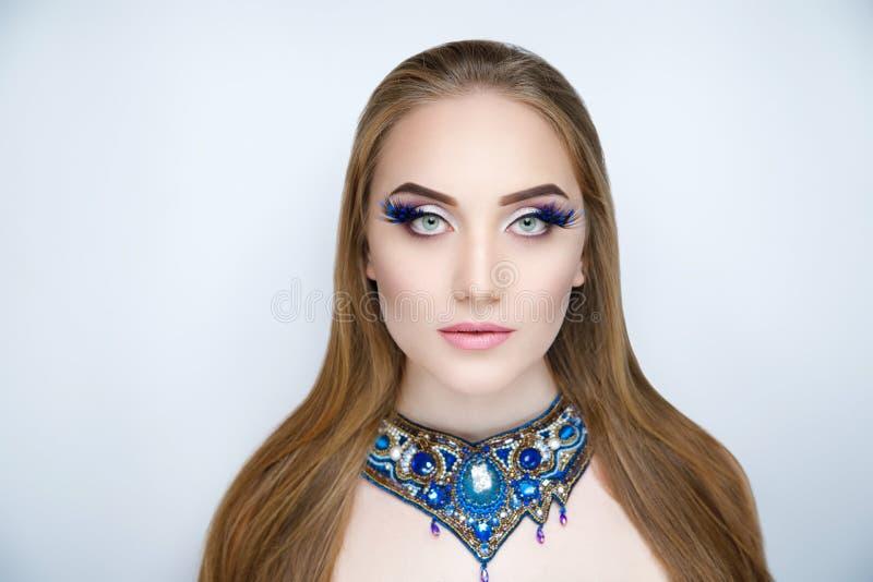 Femme avec de longs cheveux d'or photographie stock