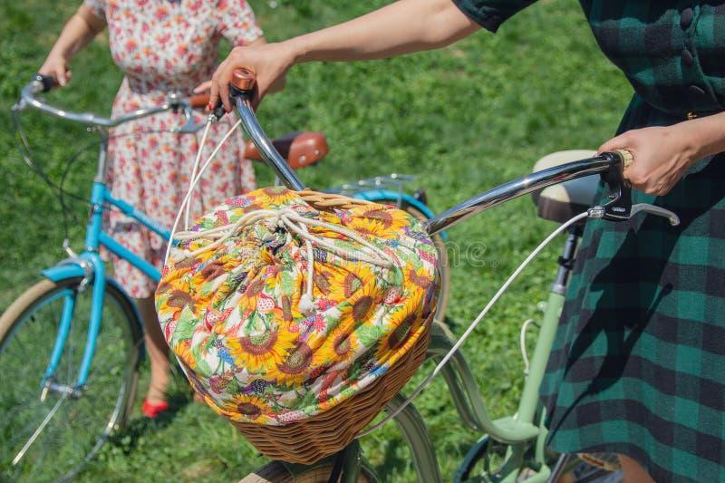 Femme avec de rétros bicyclettes avec un panier pour un pique-nique photos libres de droits