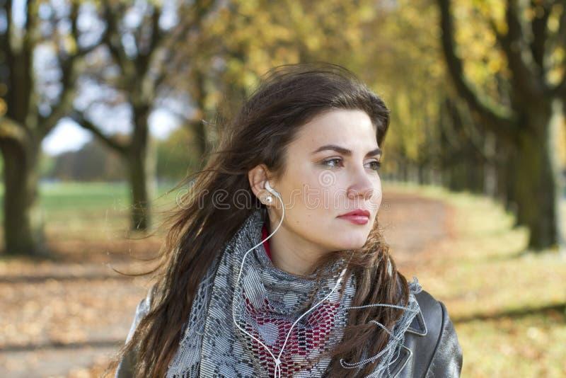 Femme avec des écouteurs en stationnement images libres de droits