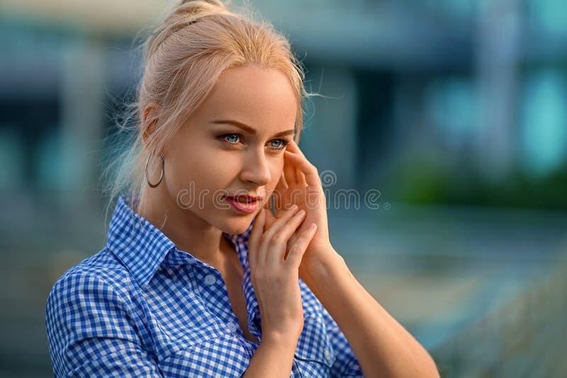 Femme avec des émotions de surprise photographie stock libre de droits