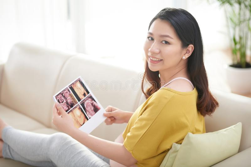 Femme avec des balayages d'ultrason photo stock