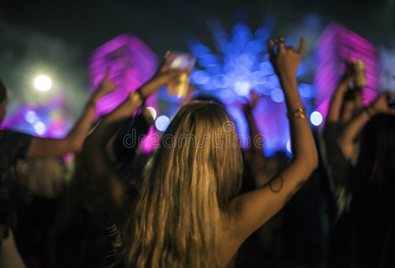 Femme avec des bières appréciant le festival de musique photo libre de droits