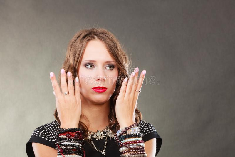 Femme avec des bijoux dans la robe de soirée noire image stock