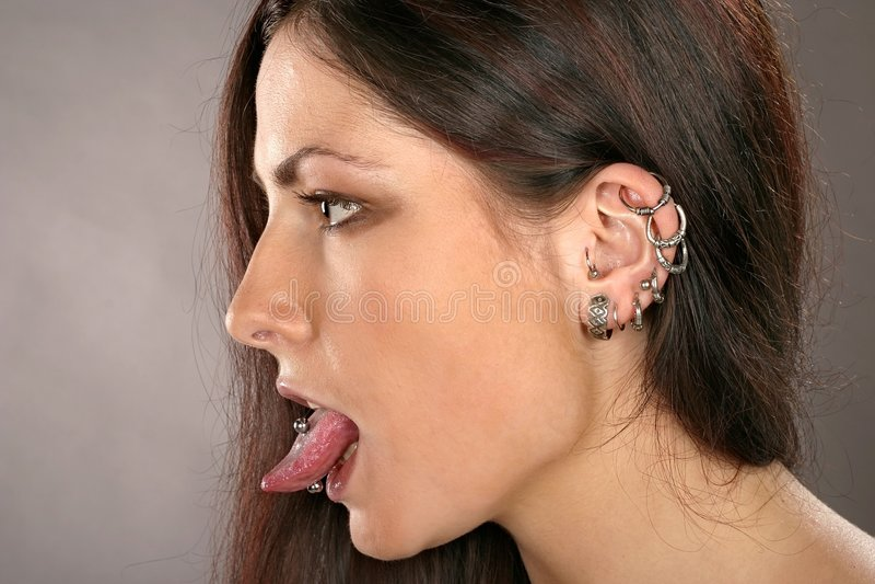 Femme avec des boucles d'oreille et des goujons photographie stock